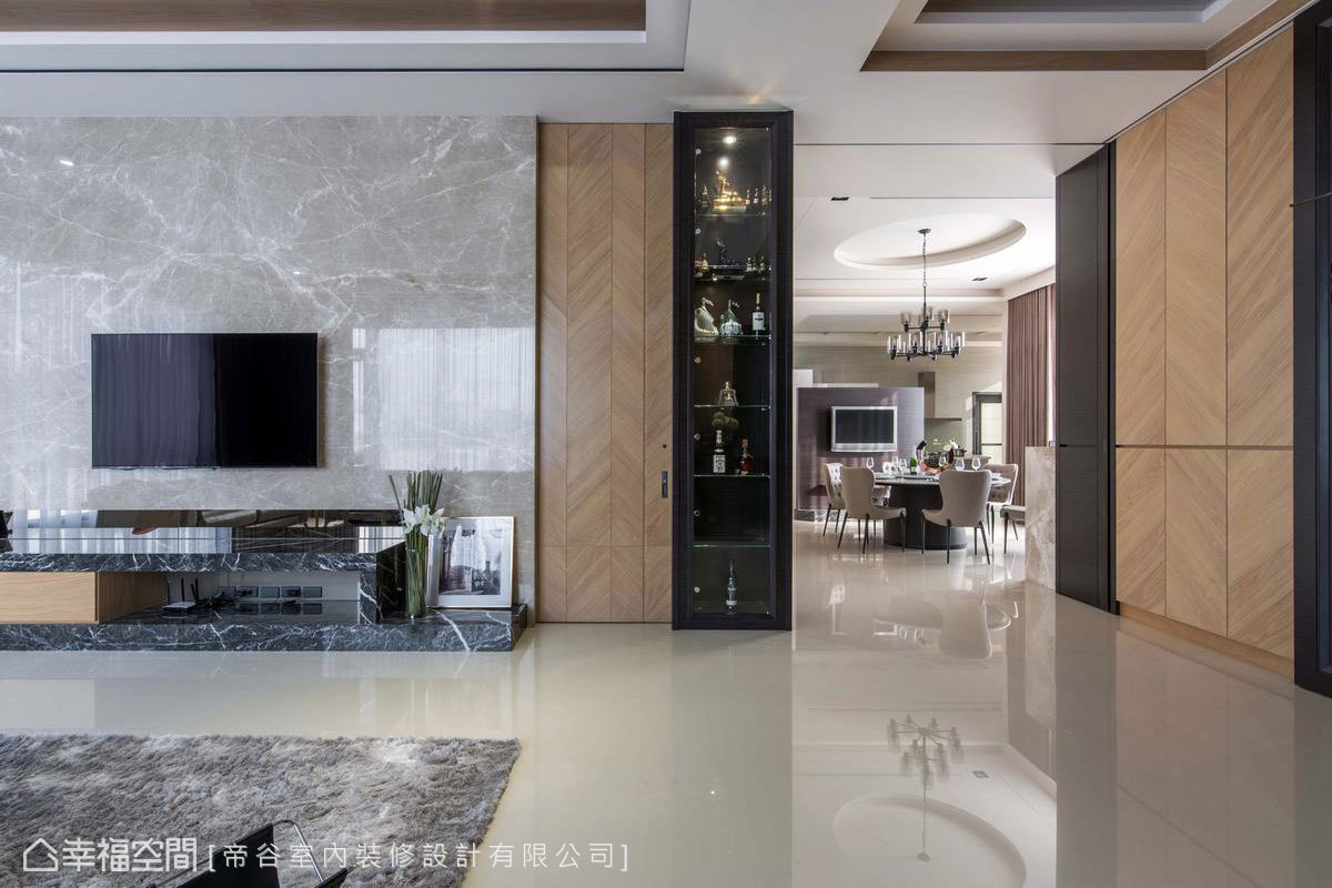 為了鋪陳室內的溫馨氣氛,設計以溫潤的木皮搭配米色地磚,詮釋出既優雅細緻卻不失大氣的空間。