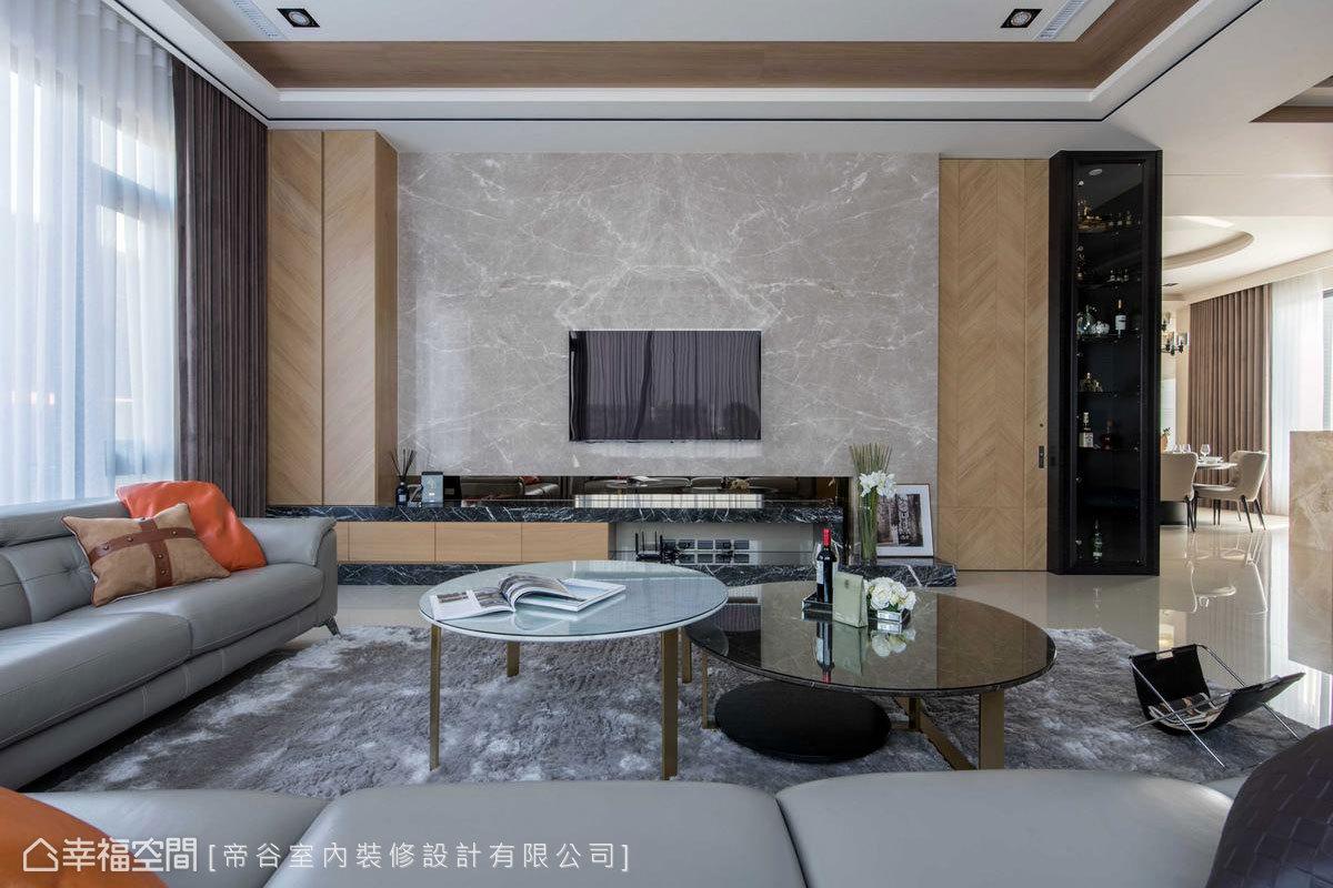客廳電視牆也同樣以不同拼貼手法的木紋搭飾黑網石及蘇格蘭灰電視櫃體,創造舒適的居家氛圍。