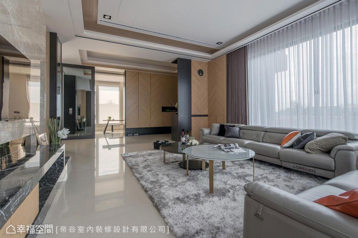 在玄關旁,備有兩間讓屋主招待賓客的空間:麻將間與茶室。同樣倚著偌大的落地窗,明亮的茶室從遠處也能感受屋主的待客之道。