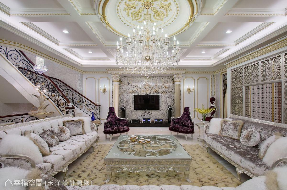 弧型的樓梯扶手增添空間優雅美感和動人韻味,閃爍水晶燈的照映下更是令人陶醉。