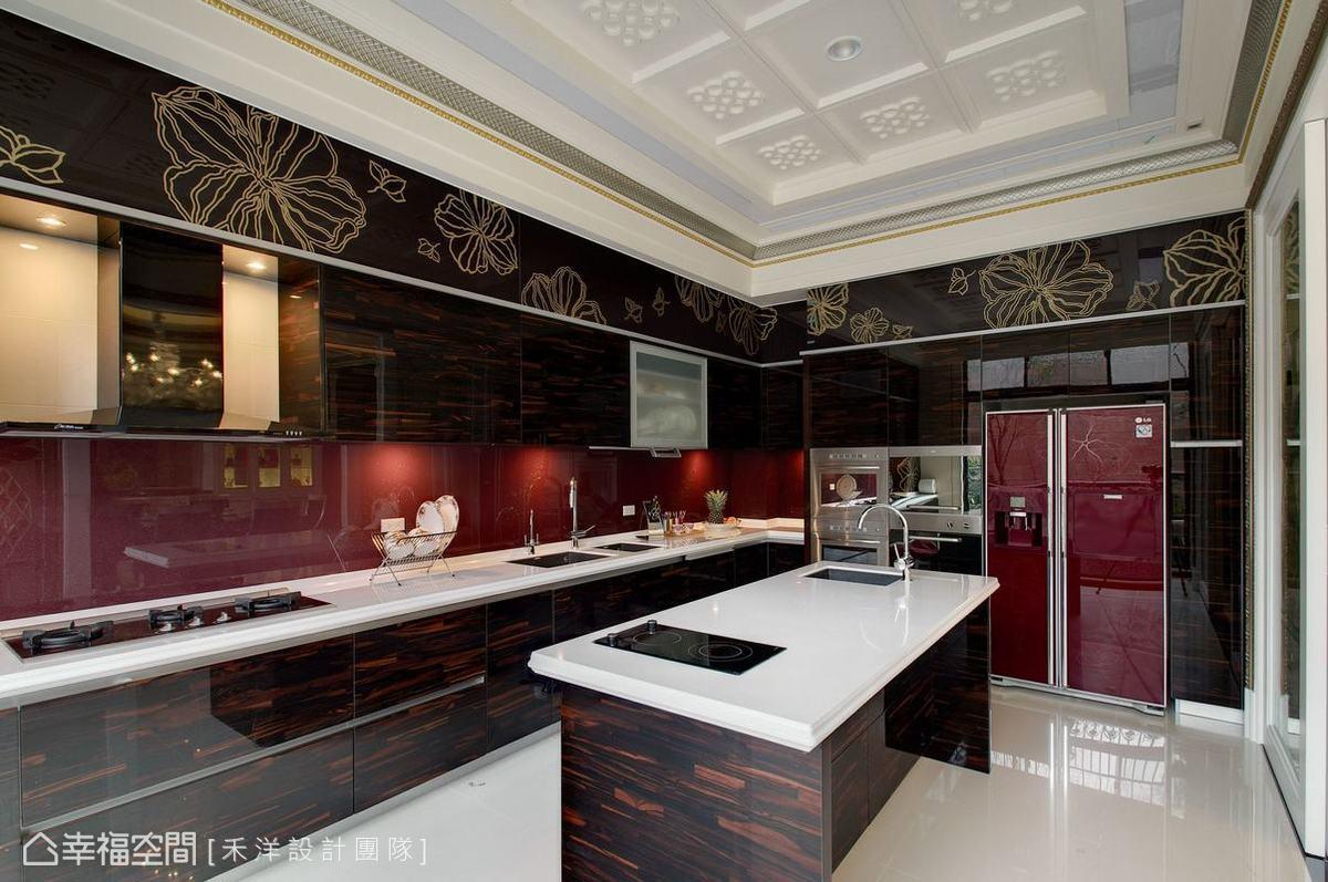 廚房以酒紅色冰箱為主要概念,配置中島流理感功能性十足,櫃體上方之圖騰亦與流理台相互呼應。