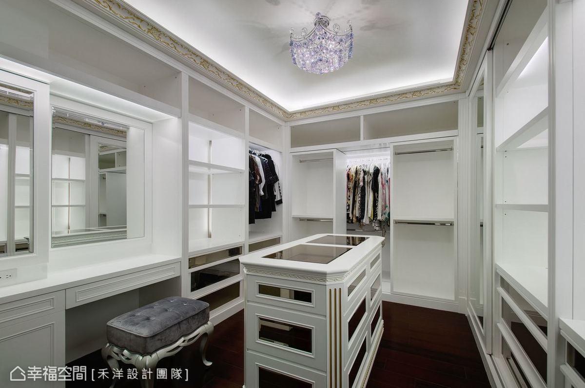 鏡面與線板的設計,放大更衣室空間。