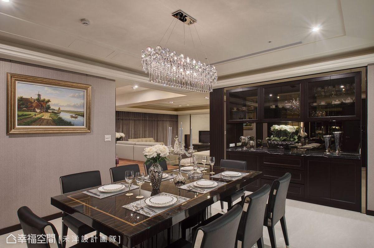 深色餐櫃以鏡面框線點綴,沉穩中又散發精緻質感。