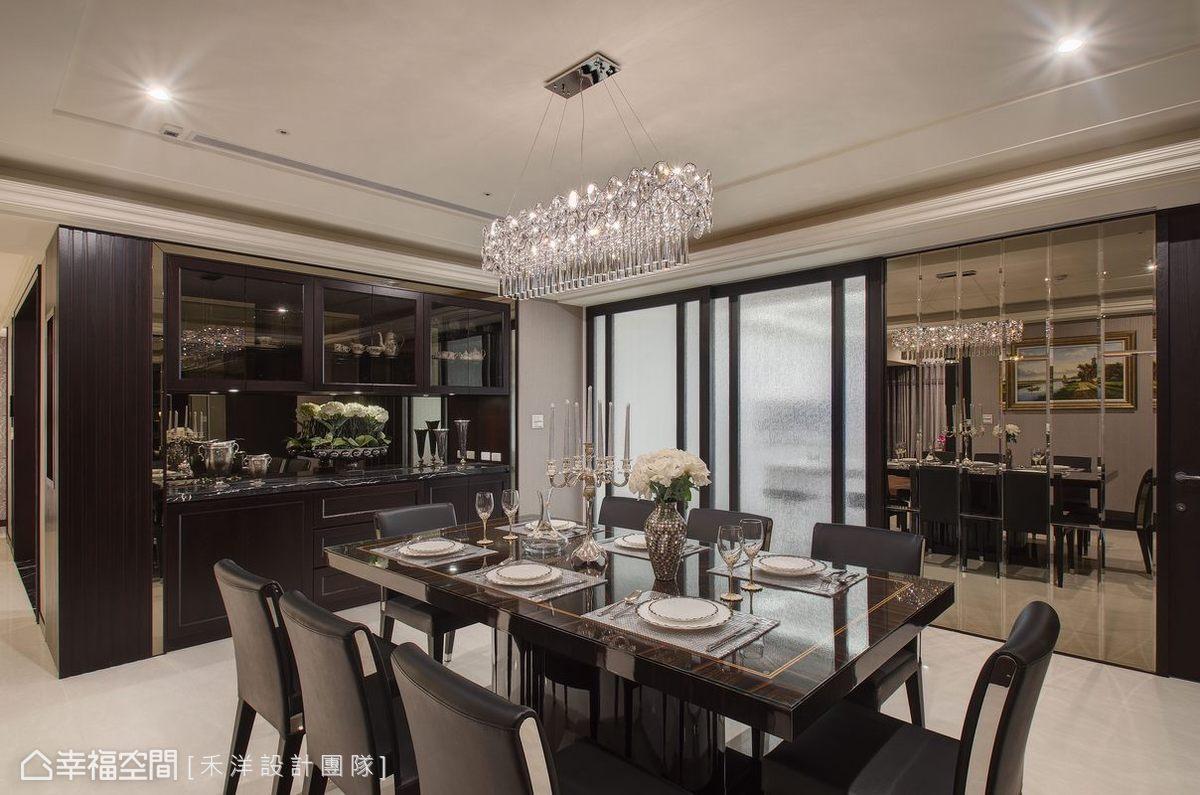 廚房入口採用大片活動拉門,讓場域之間的串聯更為靈活,創造開闊的視覺效果。