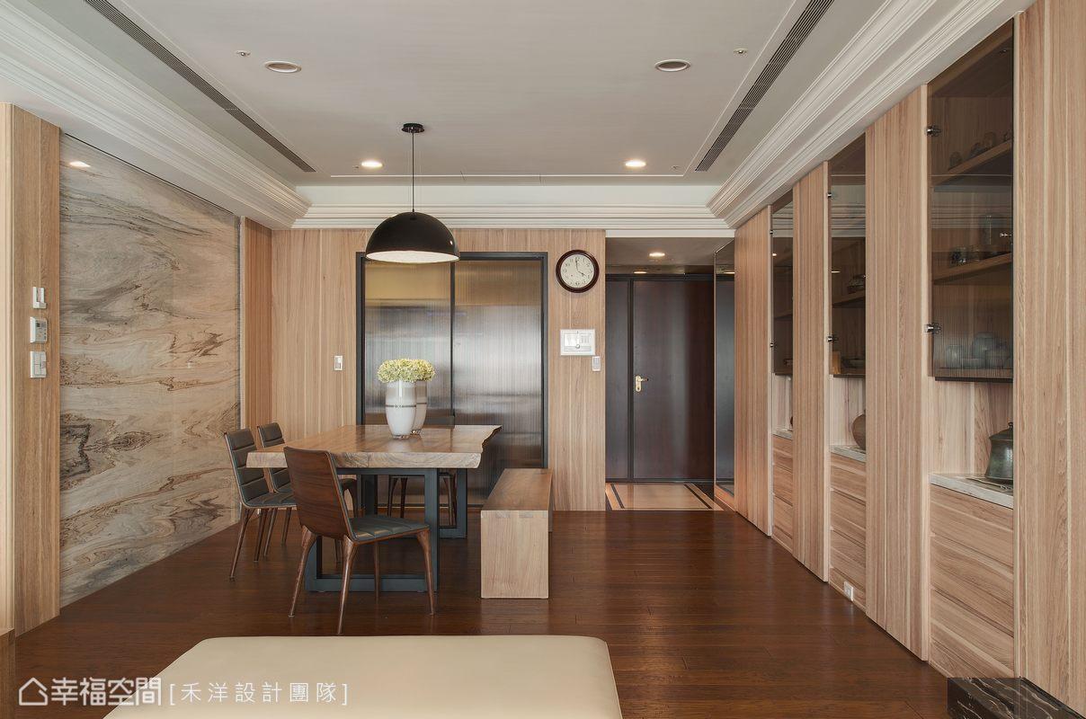 使用特殊玻璃作為廚房門片,讓直線串聯的光線能再次延伸。