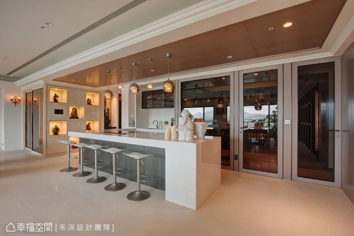 珍珠漆亮面搭佐鍍鈦金屬收邊,低調烘托雕塑品質感,而展示與收納交錯的櫃面設計,則方便屋主進行展品的更換。