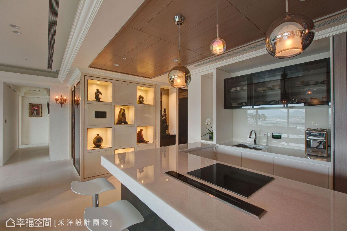 特意加長的吧檯尺度,配有高科技料理設備,賦予屋主最便利的宴客環境。