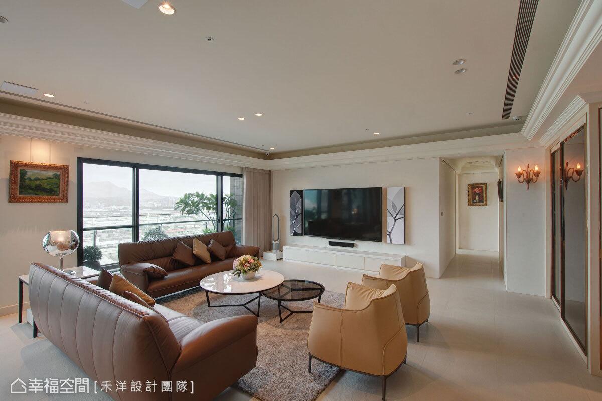 納入窗外景緻為背景,選用大地色系的家具軟件,營造自然沉穩的空間氛圍,