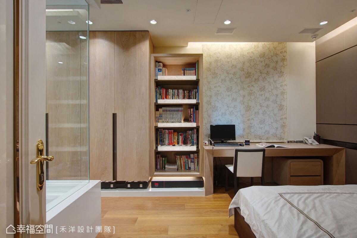 以端景概念規劃書櫃,透過透光石的妝點,形塑入門的視覺饗宴;一旁的衣櫃則以懸吊式設計,減緩空間壓迫感。