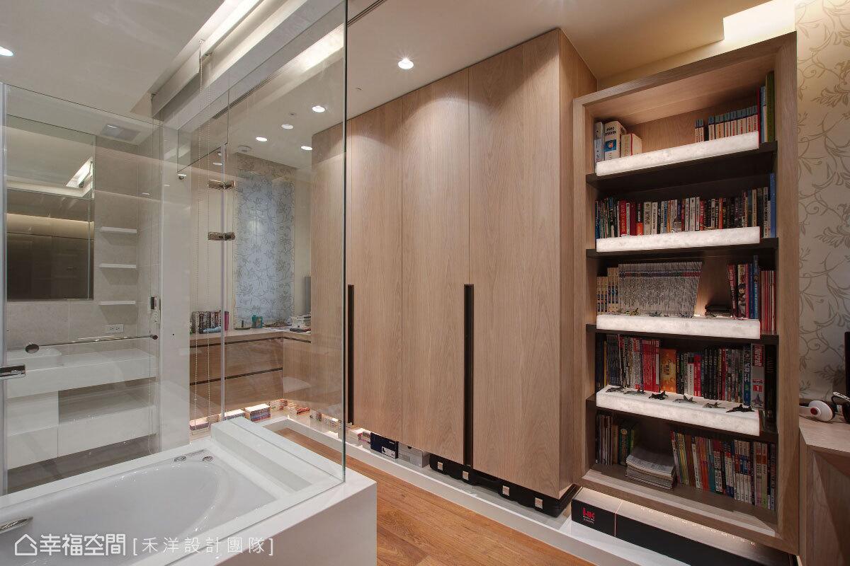 衛浴空間以玻璃屏隔打造,藉由材質的輕透特性,延伸空間的視覺尺度。
