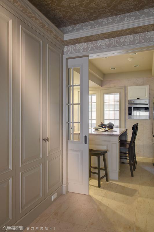 室內廊道望向廚房