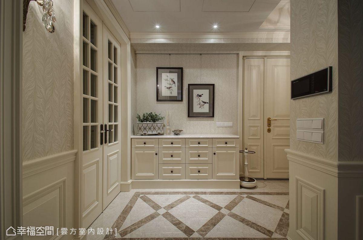 為提高氛圍完整性,大門部分潘仕敏設計師飾以美式線板,而入門後的小平檯則作為女主人相片展示區。