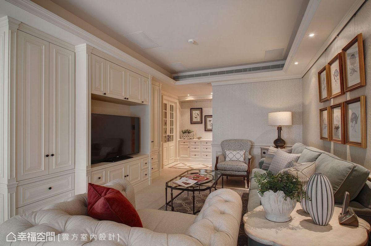 設計師潘仕敏傾聽需求後將居宅重新布局,主動線以客廳電視牆兩側入口為界,分別導引出餐廚區塊以及私密的休憩空間。