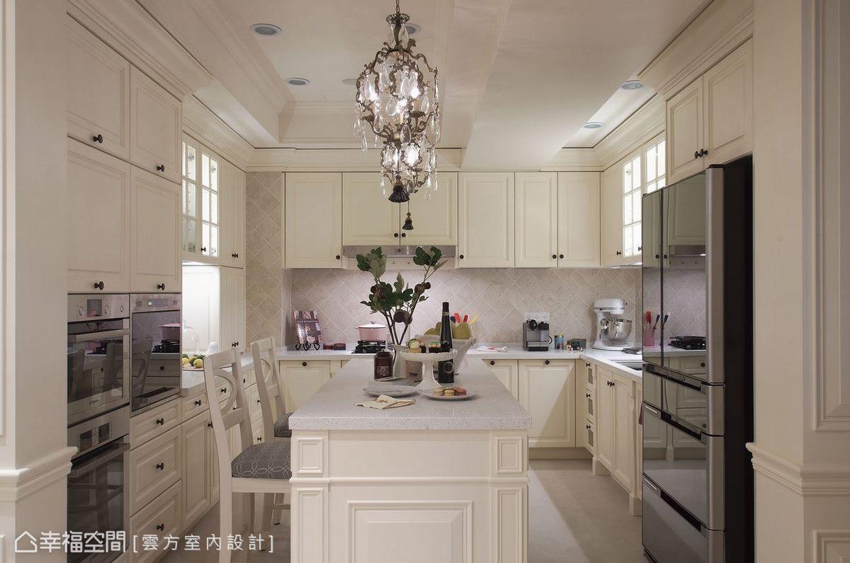 坪數加大的廚房除擁有ㄇ字型的電器設備,還備以足量收納,滿足了在國外學習甜點烘焙的屋主所需。