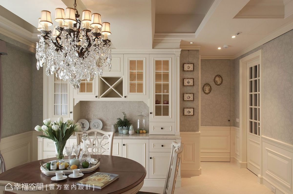 刻意處理成活動家具形式的餐櫃,兩側留白點綴出活潑、不呆板的空間氣息。