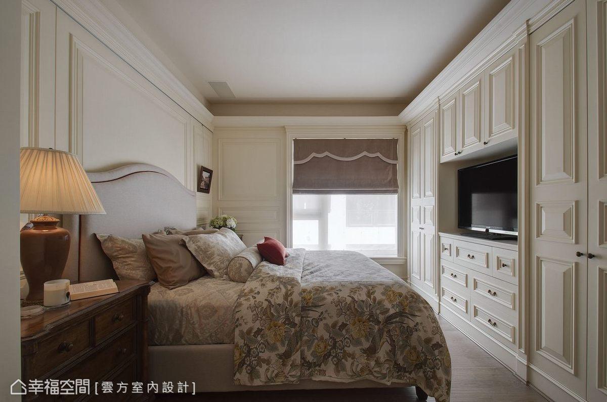 全室綴以壁板的主臥空間,風格營造之餘也消弭柱體及更衣室開門存在感。