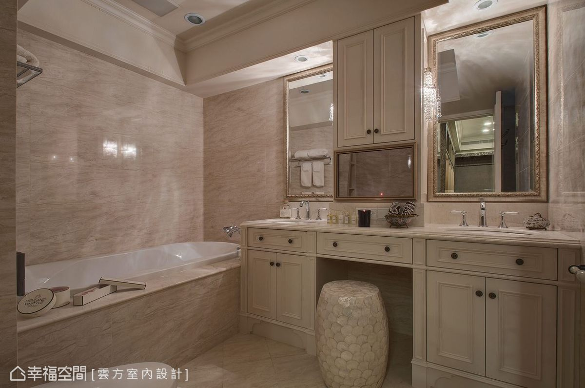 備有雙槽設計的主臥衛浴,中心段落除可做為保養品收納還內嵌有影音機能,未使用時如畫、如鏡細膩為空間加分。