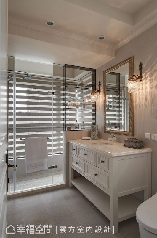 乾溼分離的衛浴裡,雲方室內設計以茶玻做出淋浴時備品櫃,全然透視給予最佳空間感。