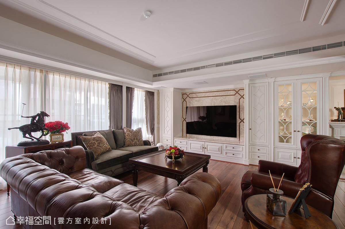 純白的櫃體與牆面結合古典線板原素帶出英式古典氣息,也利用沉穩的深色系傢俱提升空間層次感。