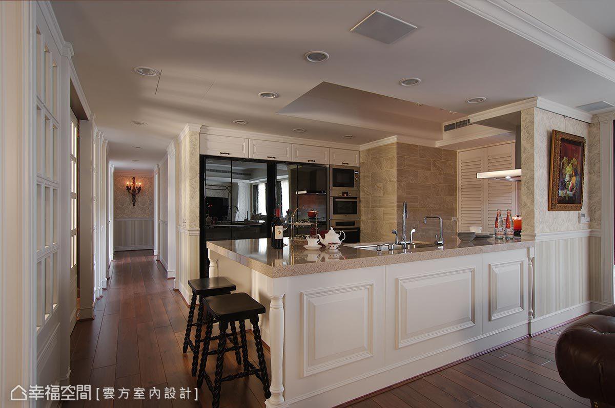 全開放式空間讓廚房一覽無遺,大型家電皆選擇鏡面材質,讓空間調性一致,完整性充足。