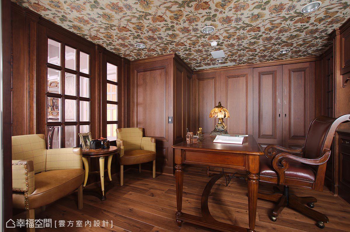 男屋主希望以哈利波特作為設計主題,潘仕敏設計師將深色木皮貼滿整間書房,天花板則是選擇古典風格壁紙,搭配完善的收納機能,沉著穩重的空間讓男屋主愛不釋手。