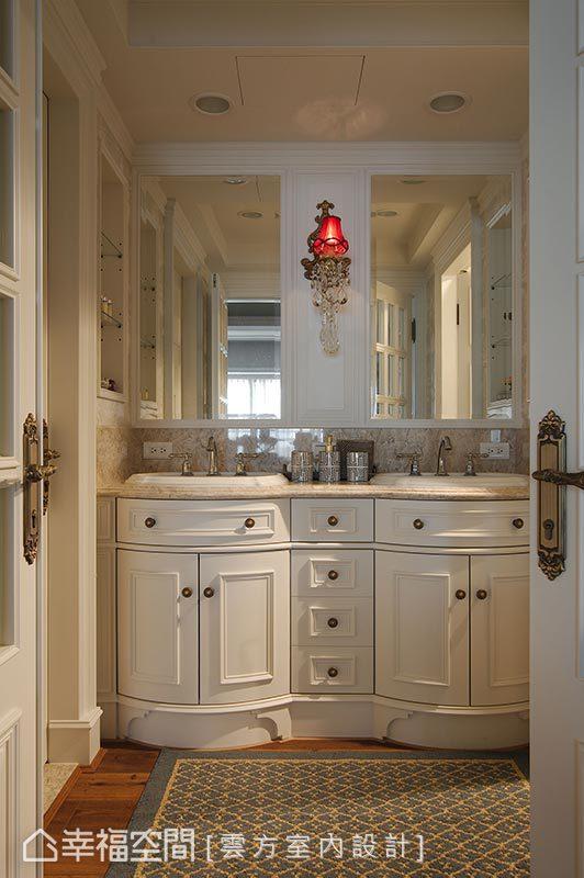 玻璃雙開門的衛浴,顛覆傳統的實體門片規劃,衛浴與馬桶區的位置也安排在視線無法觸及的兩側,不必擔心曝光的問題。