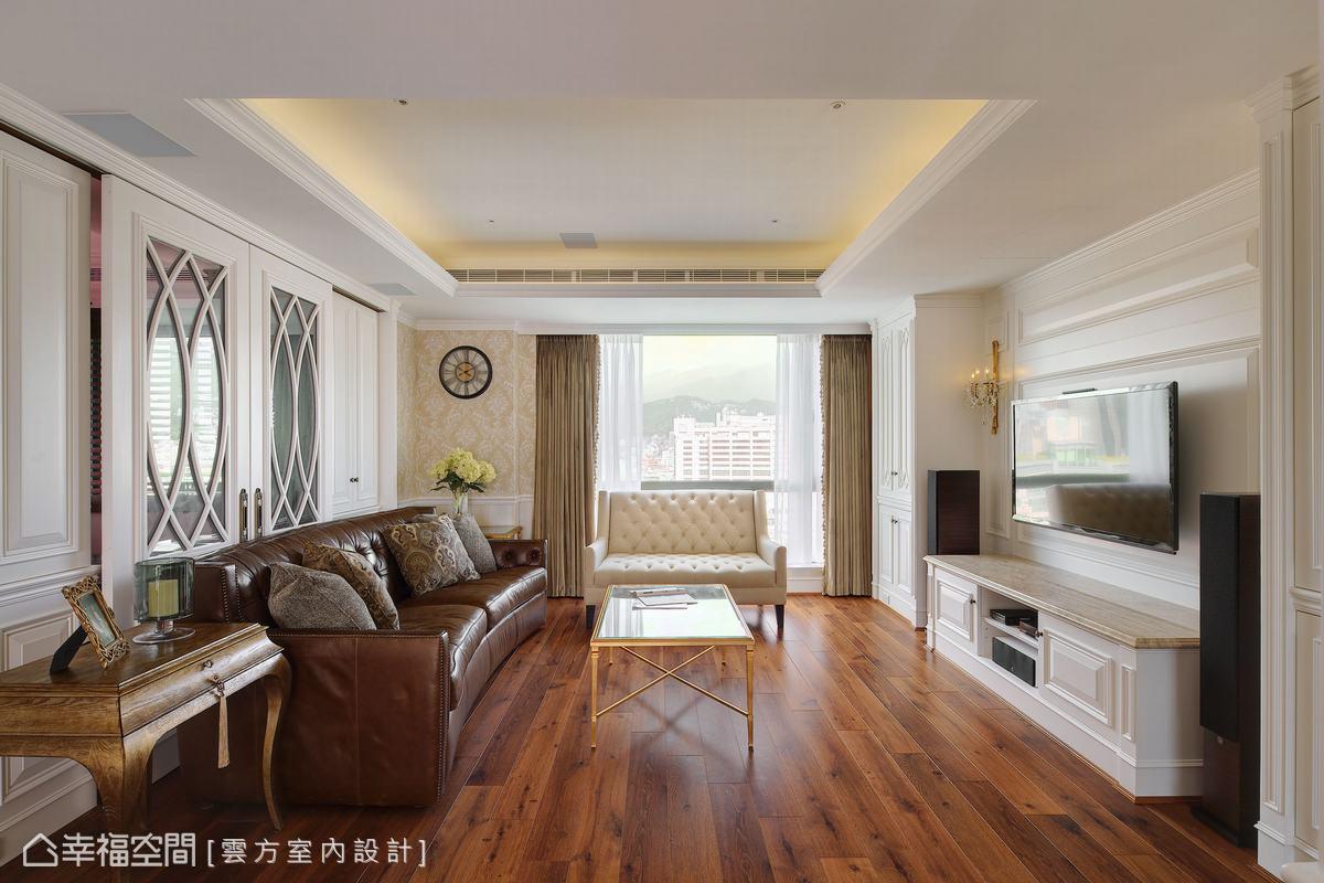 以深色木質地板作為視覺基調,穩定空間氣氛,也與古典紋路壁紙相互搭配,營造醇厚溫暖的視覺氛圍。