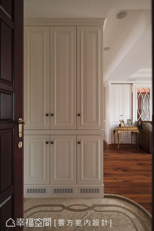 大理石地磚框出玄關地域,弧形修邊柔化視感,鞋櫃收納避開風水問題,阻隔室外的塵囂。