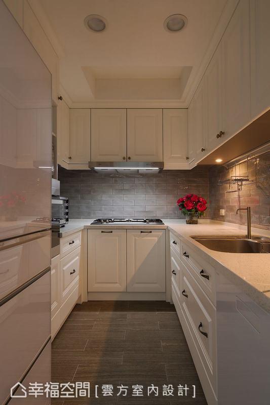延續古典風格貼上磚紋壁紙,並增加收納櫃保持空間的清爽,連下方踢腳板也設置作為抽屜。