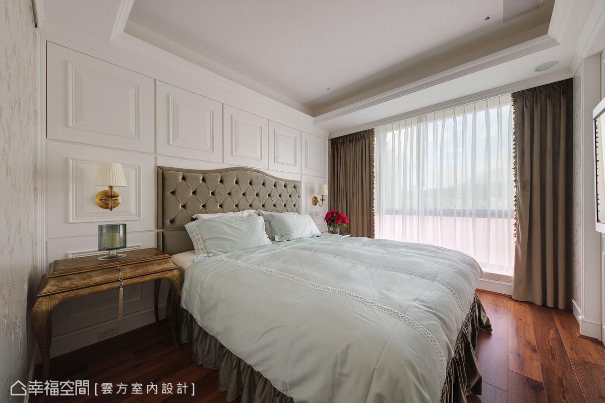 以落地窗引入充足採光,延續公領域的深淺搭配,主臥房以更簡約的線條設計保有舒適的休憩氛圍。
