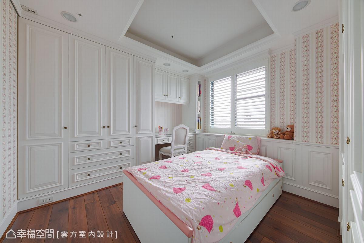 充足的收納櫃體延續公領域的風格,白色線板設計與百葉簾相呼應,圍塑簡約溫馨的古典風臥房。