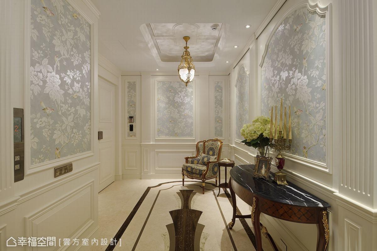 因應一層一戶的優勢,潘仕敏設計師為專屬梯廳挑選典雅花鳥壁紙,搭配小巧水晶吊燈,勾勒「家」的第一道風景。
