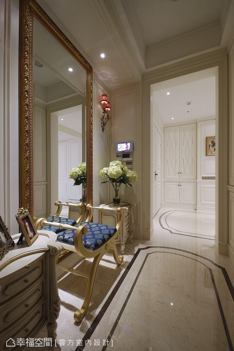 延續梯廳的古典風格,玄關以淺色系帶出偌大的收納與更鞋空間,將室外的塵囂留在此處。