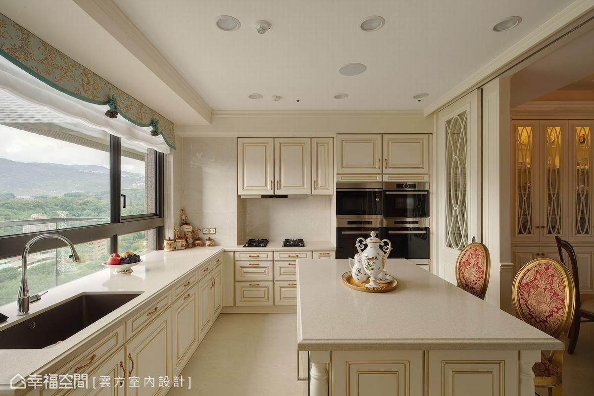廚房以大面積窗戶保留如畫的美景,並設置大型中島,作為日常用餐與下午茶的空間,享受悠閒的時光。