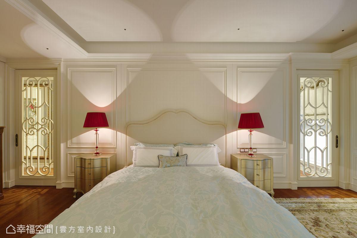 對稱的設計呼應古典手法,床頭兩側以雕花門框帶出兩間更衣室,屋主夫婦各擁一間。