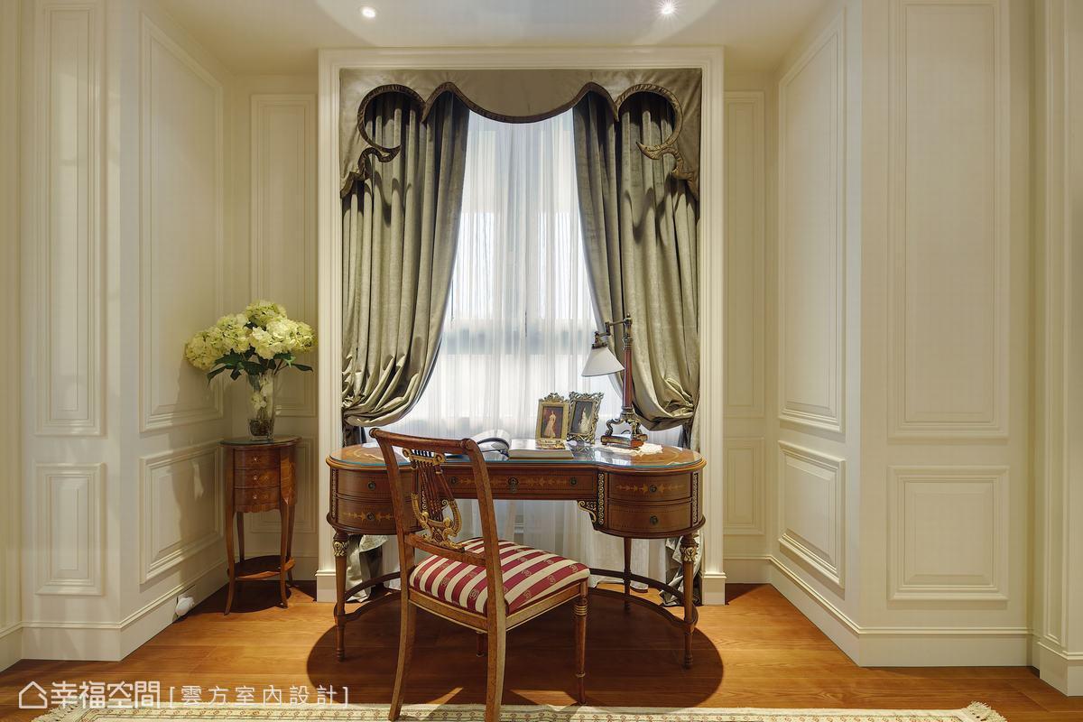 擅用框景的潘仕敏設計師,在主臥的落地窗前擺設書桌,古典桌椅搭配簡約線板壁面,質感細膩。