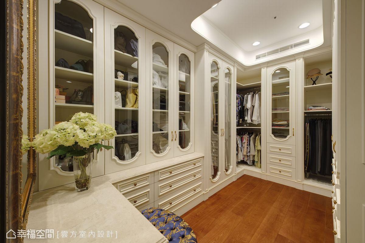 依據屋主夫婦各自的需求,打造專屬更衣間,並以溫暖木質地板搭配古典收納櫃體,延續整體風格。