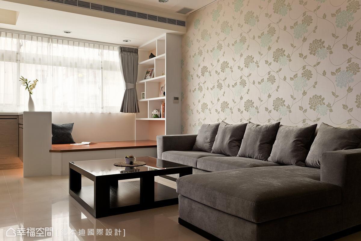 貼飾溫暖質感壁紙的沙發背牆與和煦的日光,帶出空間溫馨氛圍。