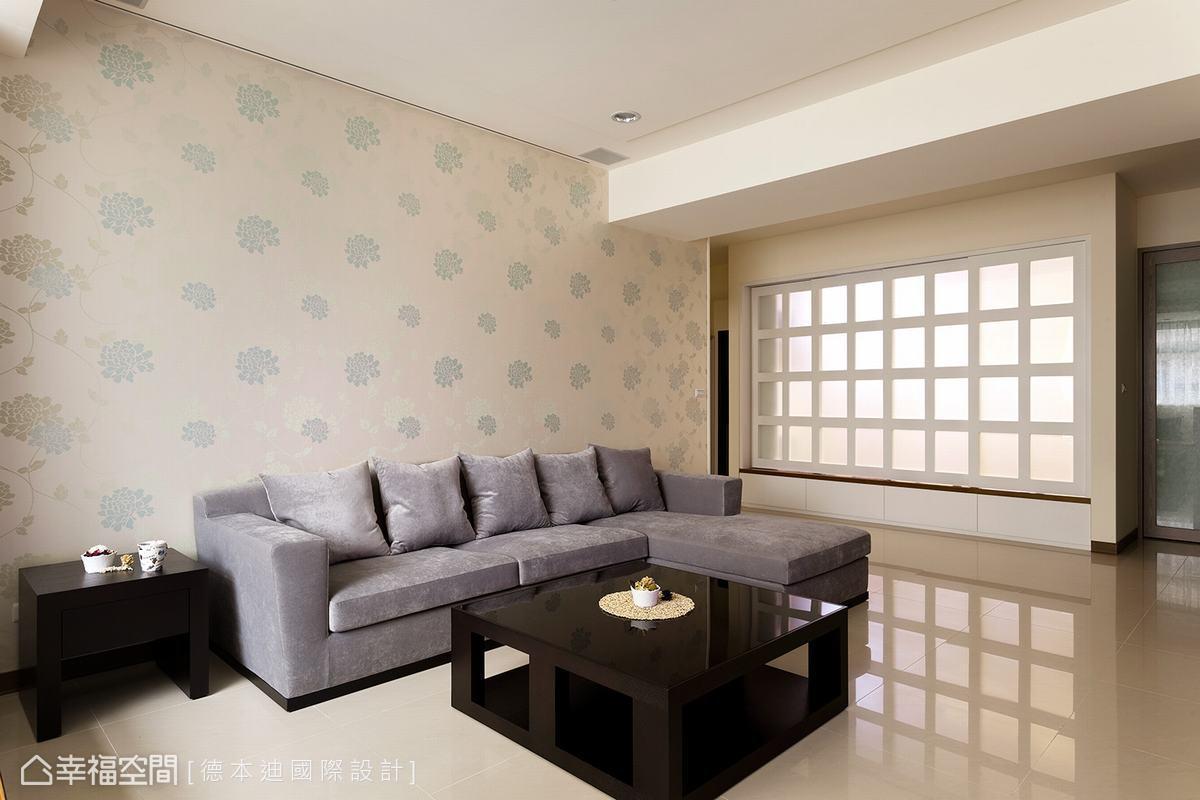 設計師拆除一道牆面,打造擁有後陽台光照及收大機能的多功能大和室空間,穿透的格柵設計,讓居於中央點的客廳依舊明亮耀眼。