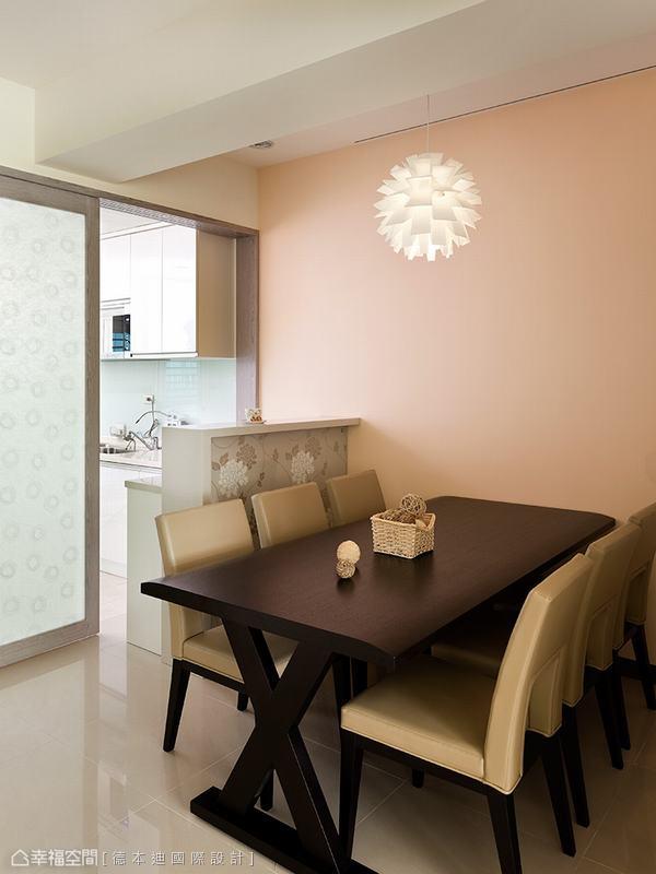 暖橘色的漆面輔以從天花板懸垂而下的造型照明,餐桌上的食物立時美味了起來。