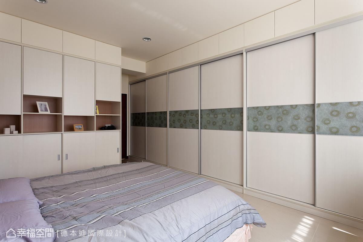 從主臥室門口開始,就設計一整個牆面的衣櫃收納,加上主衛浴旁的櫃體容量,雅致主臥室超乎想像的收納機能,讓設計師的收納魔法畫下完美句點。