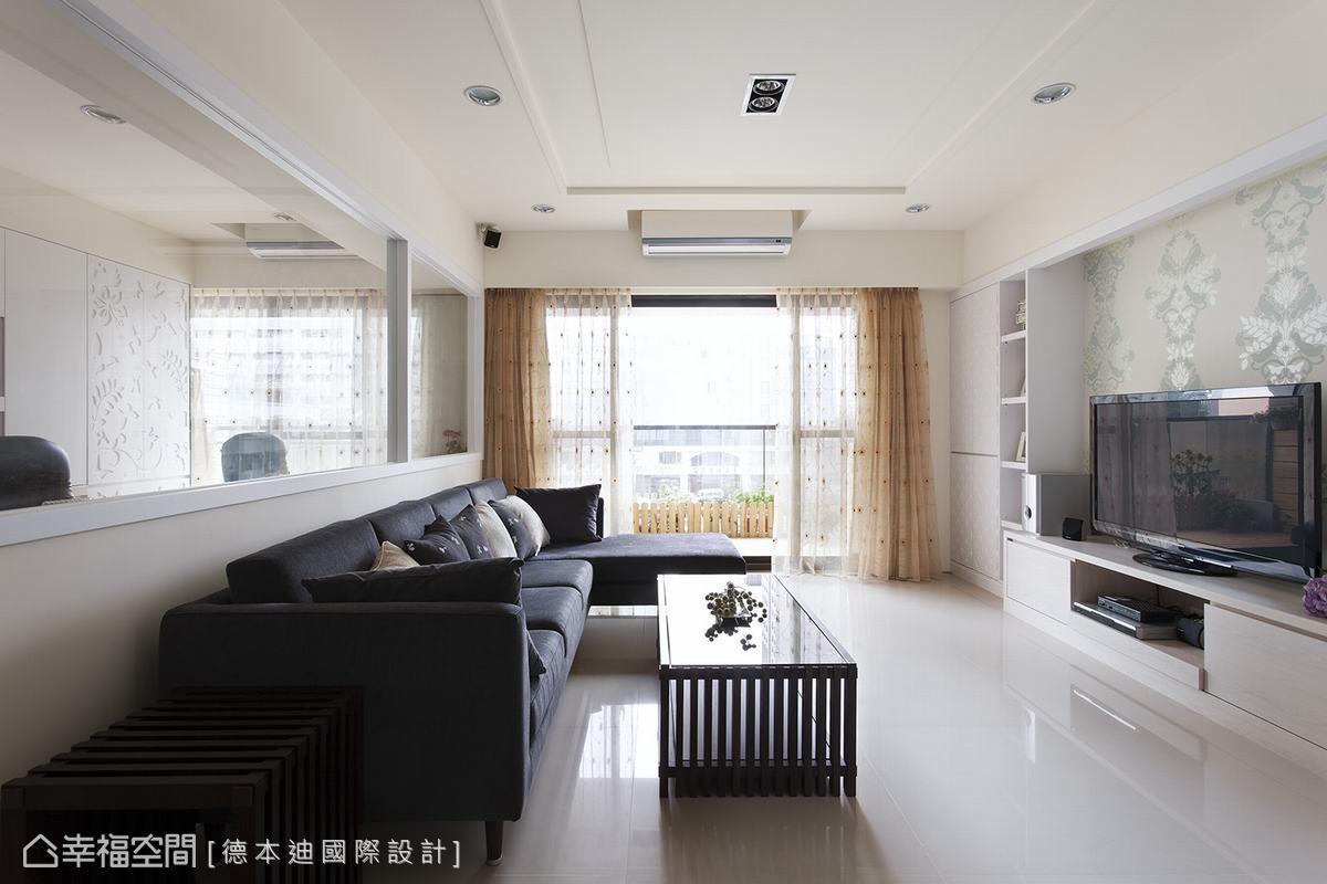 住宅環境充滿屋主偏好的柔和色系,運用清新的大自然色彩,如淺綠色,搭配花草圖樣壁紙、貝殼雕花板,佈置於牆面相互呼應。