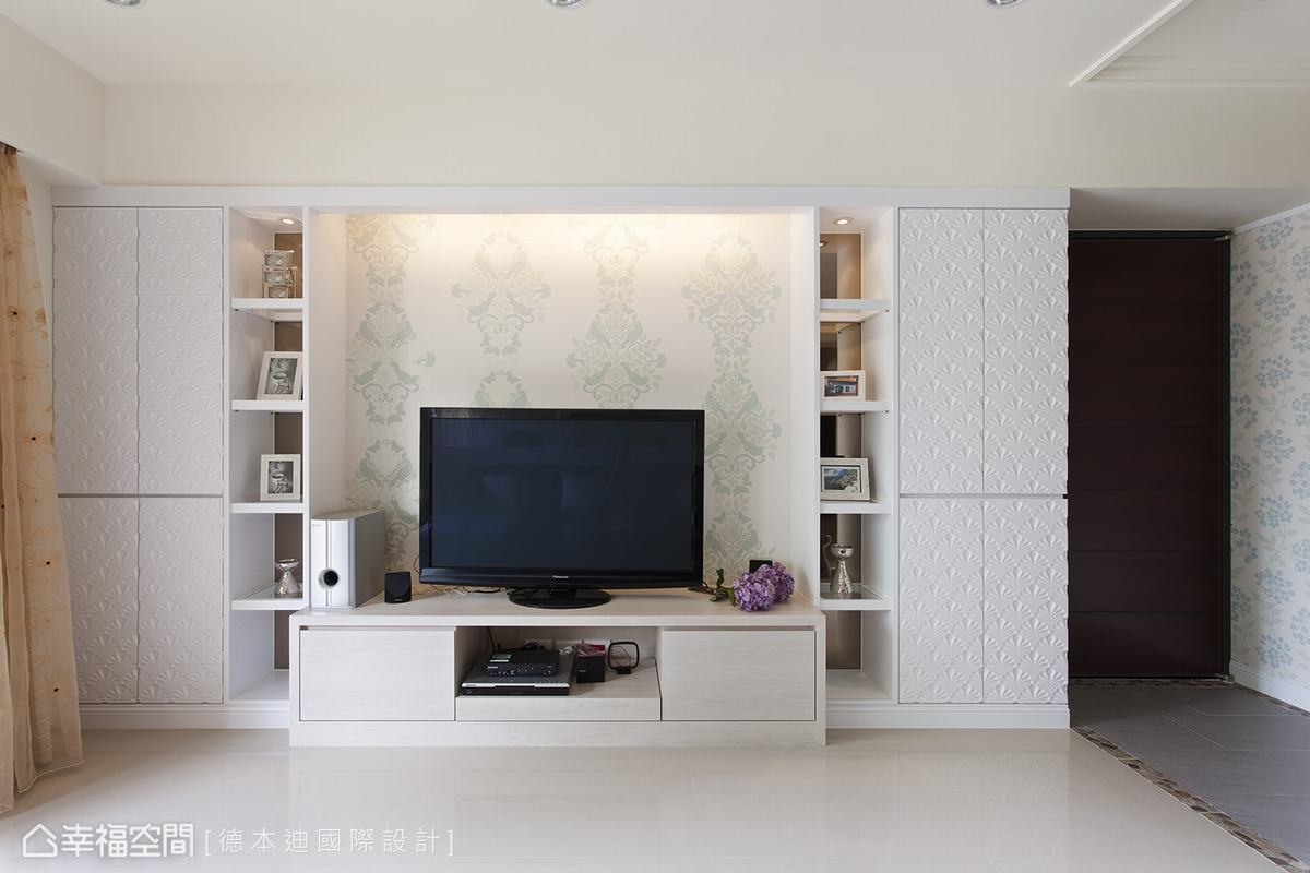 對稱的貝殼雕花板皆是收納櫃,而展示櫃也搭配投射燈,藉由玻璃層板,由上而下延伸光線。
