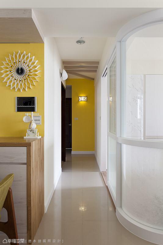 順應沙發背牆的寬度,書房轉角修飾為較小的圓角。