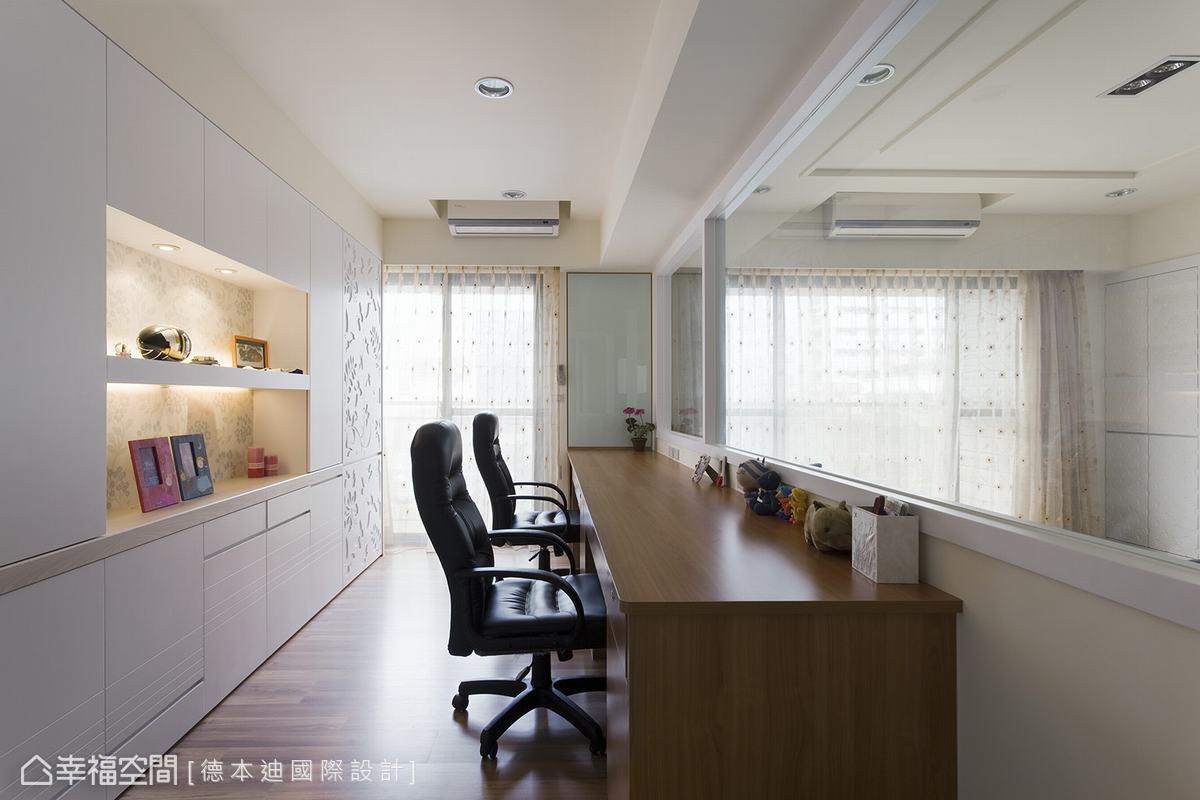 上半部使用玻璃隔間,位在書房也能與客廳成員保有互動;特製深度70公分的書桌,利用下方增加收納機能。