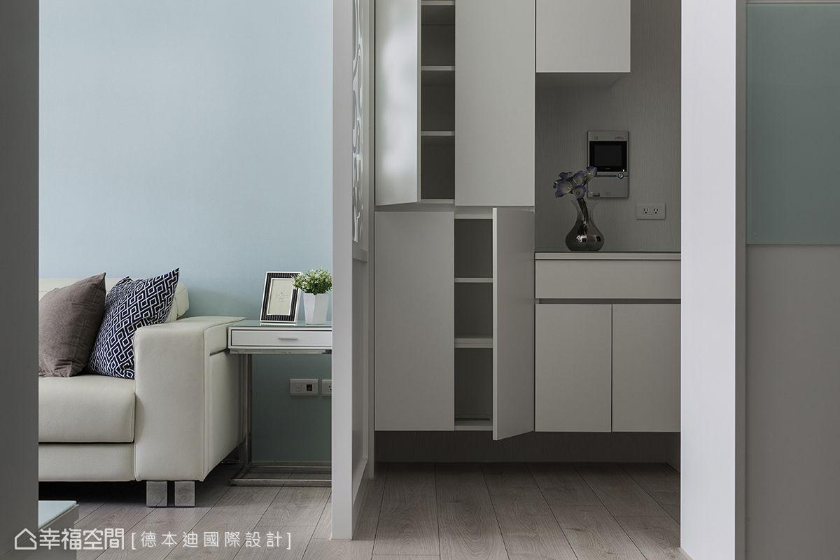 利用玄關處安排大量的收納櫃,使屋主一家人能夠擺放大量的鞋子、生活用品。