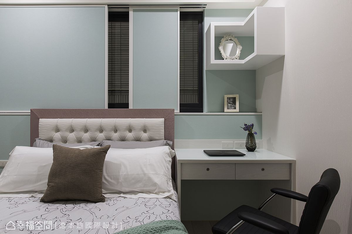 靠近陽台的臥室因為有兩扇窗,為了避免床頭有窗的狀況,設計師利用推拉窗板代替窗簾,維持合適的床頭造型,同時又保留可開窗的實用性。