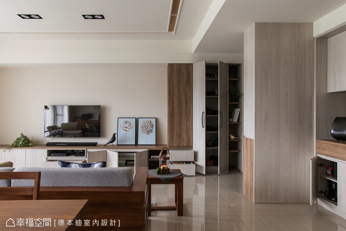 以木質收納櫃寫下風格序曲,電視牆特別選用珪藻土調節空氣的溫度與濕氣,帶來厚澤溫潤的居家氣息。