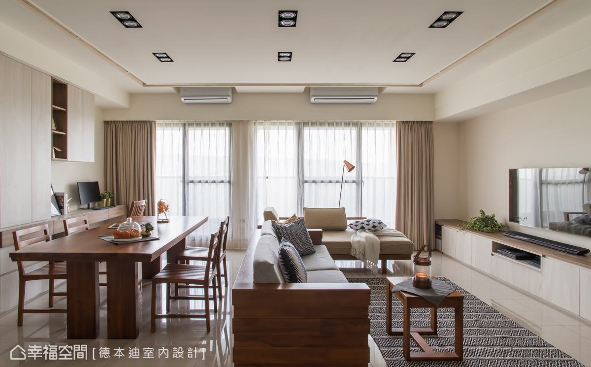 開放式設計取消客餐廳隔間,全屏落地窗引入自然光源,隨日照灑入豐富視覺層次,也帶來一室的敞亮。