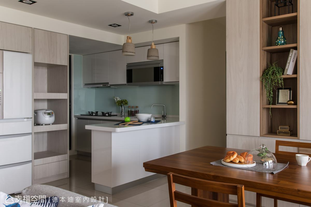 以開放式廚房取代原先封閉式傳統廚房,搭配中島設計串連餐廳,滿足屋主妻女大展廚藝的互動時光。